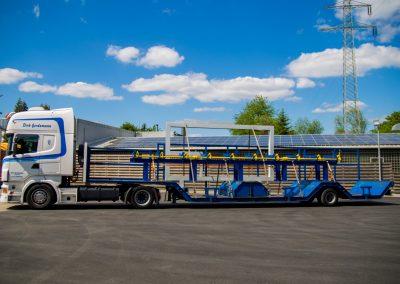 Mulden-Fahrzeug mit Maschinenteile